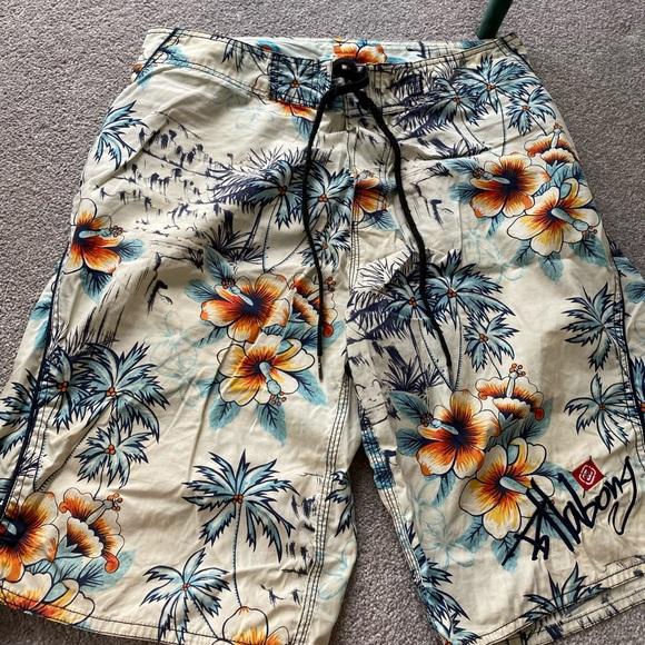Billabong board shorts - like new! 90s beach vibe